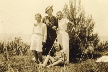 Mario Modiano with his mother and cousins