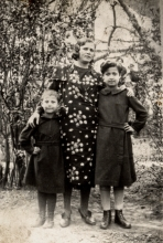 Shlima Goldstein with her mother Polia Gersh and sister Alexandra Kravchenko