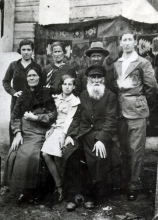 Meir Molchanskiy and Haya Molchanskaya with their older son Haim's family