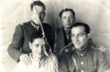 Mojsze Sznejser with his friends from army