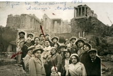 Matilda Kalef with a tourist group in front of the Acropolis