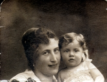 Heni Frischmann with her mother Magda