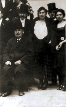 Magda Frischmann with her family