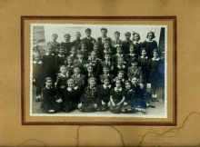 Güler Orgun with her schoolmates from Aydin Okul elementary school