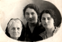 Cherna Margolina with her daughters Beila and Sima
