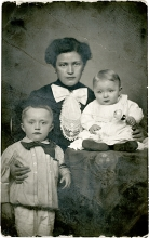 Roza Weisz with her children Karoly and Jeno