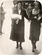 Hedvig Endrei with her mother on the Budapest promenade
