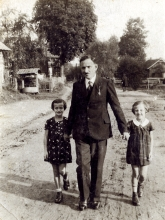 Maksymilian Fiszgrund with his daughters Rozia and Bronia