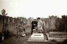 Apolonia Starzec and her sister Irena Kirszenbaum at the Jewish cemetery in Radomsko