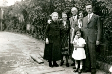The family of Pavel Sendrei's wife, Judita Sendrei  (maiden name Bruck), in their yard